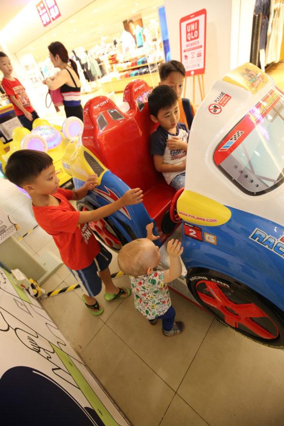 Walka o samochód z innymi dziećmi